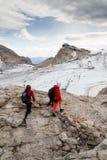 Folk som fotvandrar runt om Dachstein Hunerkogel bergstation på Augusti 17, 2017 i Ramsau f.m. Dachstein, Österrike Arkivfoto