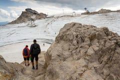 Folk som fotvandrar runt om Dachstein Hunerkogel bergstation på Augusti 17, 2017 i Ramsau f.m. Dachstein, Österrike Royaltyfri Foto