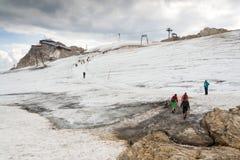 Folk som fotvandrar runt om Dachstein Hunerkogel bergstation på Augusti 17, 2017 i Ramsau f.m. Dachstein, Österrike Royaltyfria Foton