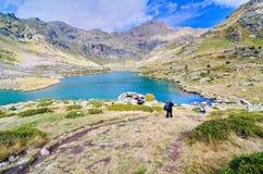 Folk som fotvandrar till Estany abc-bok i Tristaina, Andorra Royaltyfria Foton