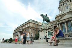 Folk som framme dansar av den Buda slotten Royaltyfria Foton
