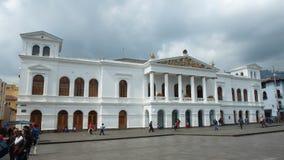 Folk som framme går av den nationella teatern Sucre i den historiska mitten av staden av Quito Arkivbilder