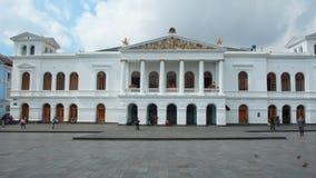 Folk som framme går av den nationella teatern Sucre i den historiska mitten av staden av Quito Arkivfoto