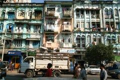 Folk som framme går av koloniala hus av Yangon på Myanma Arkivbilder