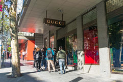 Folk som framme köar av det Gucci lagret i Melbourne CBD Royaltyfri Fotografi