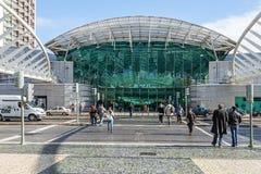 Folk som framme korsar vägen av den Vasco da Gama Shopping Centre ingången Arkivbild