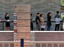 Folk som framme står i en kö av konsulatgeneralen av Förenta staterna Royaltyfria Bilder