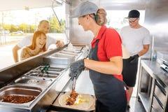Folk som framme står i linje av matlastbilen royaltyfria bilder