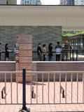 Folk som framme står i en kö av konsulatgeneralen av Förenta staternalodlinjesammansättning Fotografering för Bildbyråer