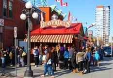 Folk som framme väntar av BeaverTails arkivfoto