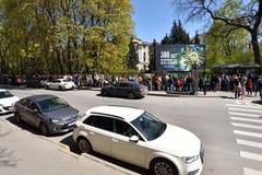 Folk som framme väntar i linje av den St Petersburg botaniska trädgården Arkivfoton