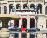 Folk som framme väntar på politikerna av gammal operahus I Royaltyfri Bild
