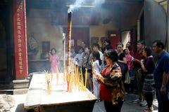 Folk som frågar buddha att välsigna. Arkivfoto
