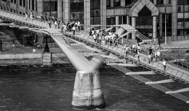 Folk som går över milleniumbron i London - flyg- sikt - LONDON - STORBRITANNIEN - SEPTEMBER 19, 2016 Royaltyfri Foto