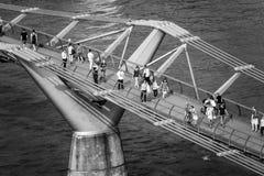 Folk som går över milleniumbron i London - flyg- sikt - LONDON - STORBRITANNIEN - SEPTEMBER 19, 2016 Fotografering för Bildbyråer