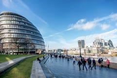 Folk som går bredvid stadshuset i London, UK Arkivfoton