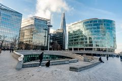 Folk som går bredvid stadshuset i London, UK Arkivfoto