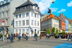 Folk som går cykla gataKöpenhamn arkivbild
