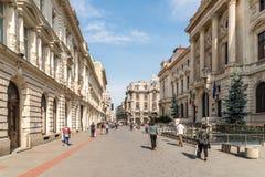 Folk som går den i stadens centrum Lipscani gatan Royaltyfri Bild