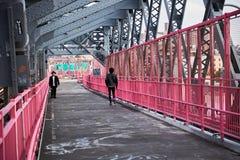Folk som går den williamsburg bron fotografering för bildbyråer