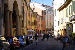 Folk som går eller cyklar i mitt av bolognaen, Italien Royaltyfri Fotografi