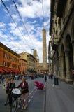 Folk som går eller cyklar i mitt av bolognaen, Italien Royaltyfria Foton