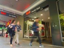 Folk som går förbi en Wespac bank i Adelaide, Australien royaltyfri fotografi