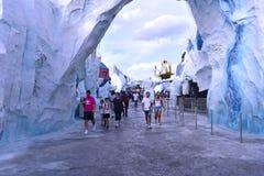 Folk som går i Antarktis område på Marine Theme Park royaltyfri fotografi