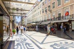Folk som går i Augusta Street, Lissabon, Portugal royaltyfri fotografi