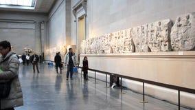 Folk som går i British Museum, London, UK stock video