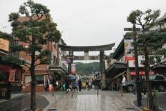 Folk som går i den historiska shoppinggatan i Japan Royaltyfri Fotografi