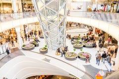 Folk som går i den MyZeil shoppinggallerian i Frankfurt Fotografering för Bildbyråer