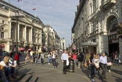 Folk som går i den Piccadilly cirkusen Arkivfoto