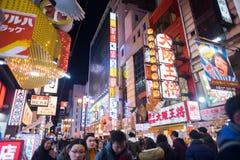 Folk som går i Dotonburien, Osaka Royaltyfri Bild