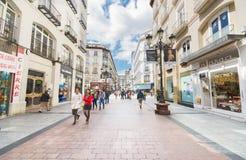 Folk som går i en berömd kommersiell gata i Zaragoza, Spanien på Maj 20, 2013 Fotografering för Bildbyråer