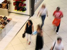 Folk som går i en shoppinggalleria Fotografering för Bildbyråer