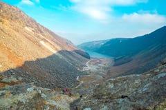 Folk som går i ett berg i en solig dag royaltyfria foton