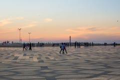 Folk som går i fyrkant för Hassan II moské` s Royaltyfri Foto