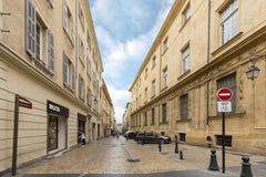 Folk som går i gammal stad av Aixen provence Arkivfoton