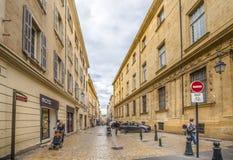 Folk som går i gammal stad av Aixen provence Arkivbilder