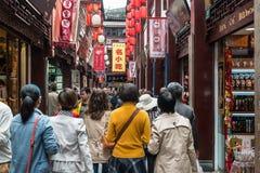 Folk som går i gata av Fang Bang Zhong Lu den gamla staden shanghai Arkivbilder