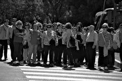 Folk som går i gatan 113 Arkivfoto