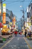 Folk som går i gatan av detdong shopping- och underhållningområdet på aftonen, Daejeon, Sydkorea, 12 mars 2017 Royaltyfri Foto