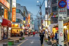 Folk som går i gatan av detdong shopping- och underhållningområdet på aftonen, Daejeon, Sydkorea, 12 mars 2017 Arkivfoto