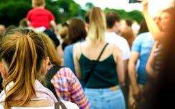 Folk som går i gatorna av en stad ideal f?r websites- och tidskriftorienteringar arkivfoton