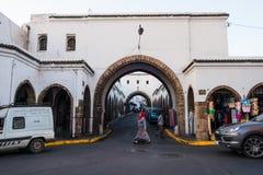 folk som går i gatorna av Habous Royaltyfria Bilder