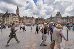 Folk som går i Grand Place i Lille, Frankrike royaltyfri foto