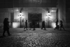 Folk som går i natten royaltyfri foto