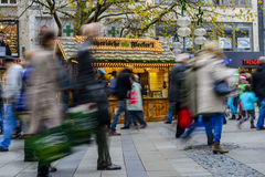 Folk som går i Neuhauser Strasse Munich Royaltyfri Fotografi