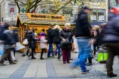 Folk som går i Neuhauser Strasse Munich Fotografering för Bildbyråer